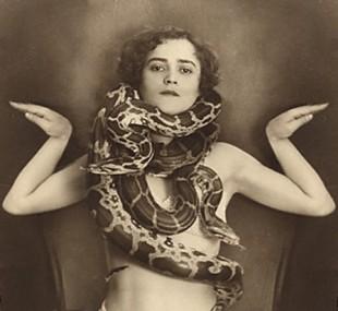 donna_con_serpenti_foto_vecchia