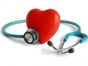 stetoscopio-e-materiale-fotografico-a-forma-di-cuore_38-5422